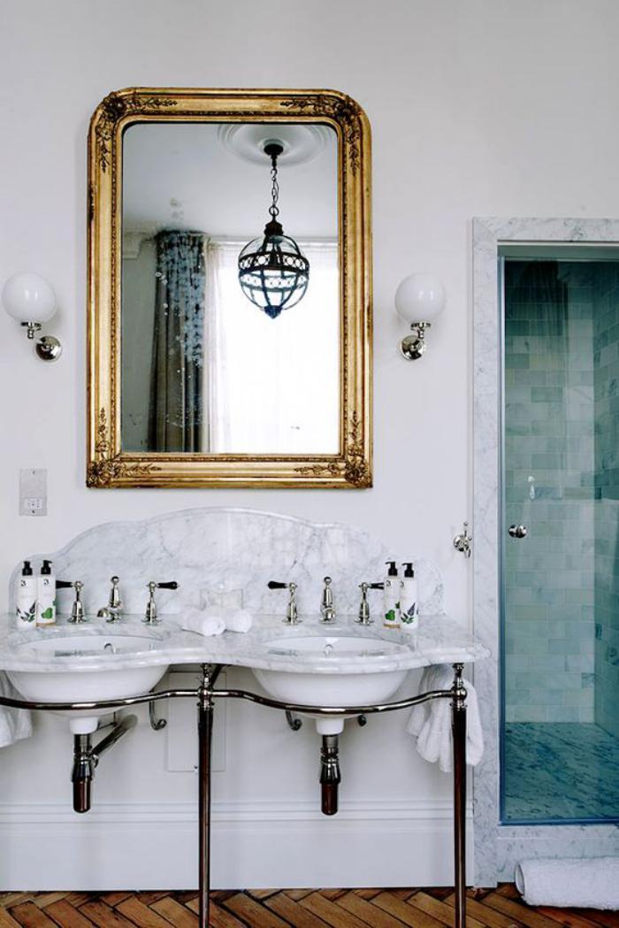 miroir-doré-dans-une-salle-de-bains-blanche
