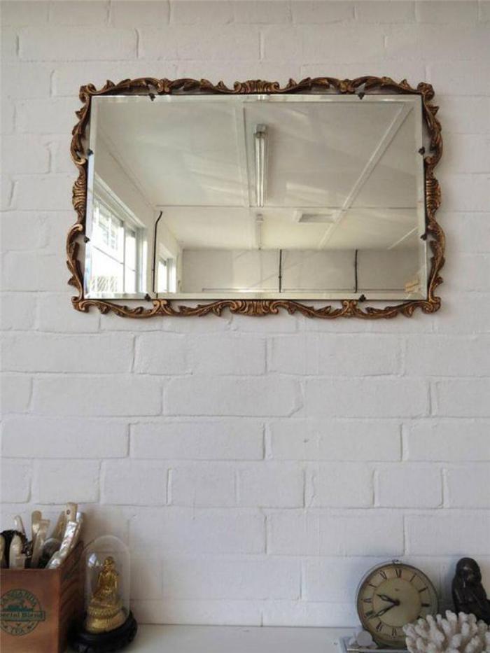 miroir-doré-encadrement-ornementé-pour-un-miroir-mural