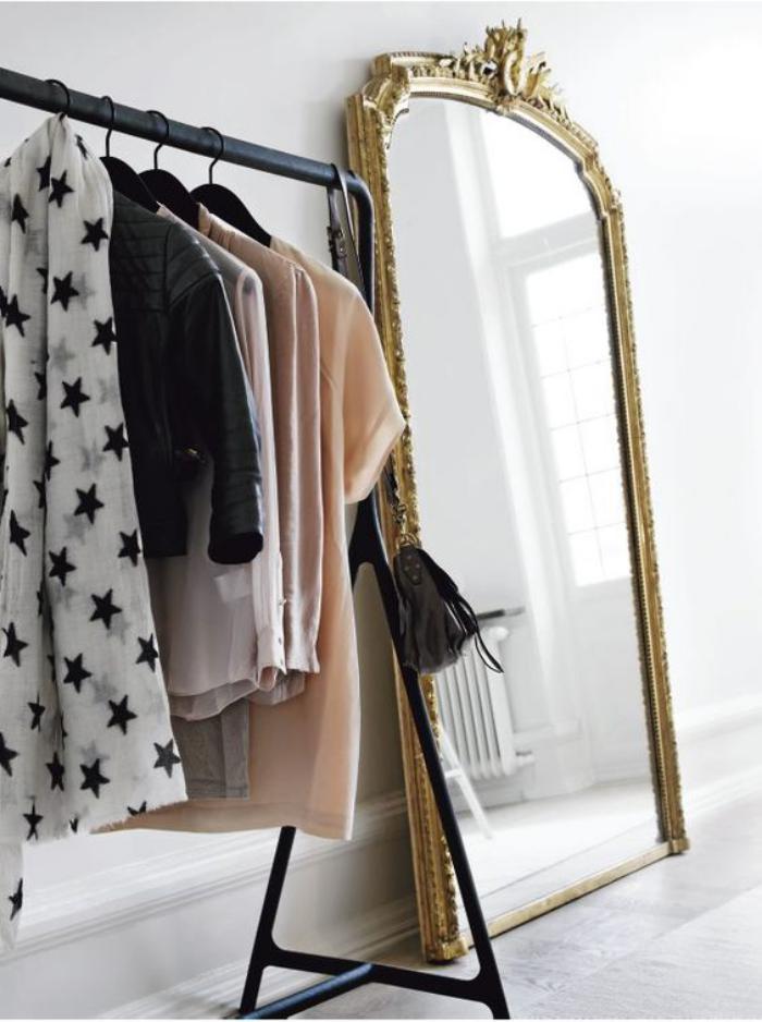miroir-doré-grand-miroir-baroque-et-porte-manteaux-noir