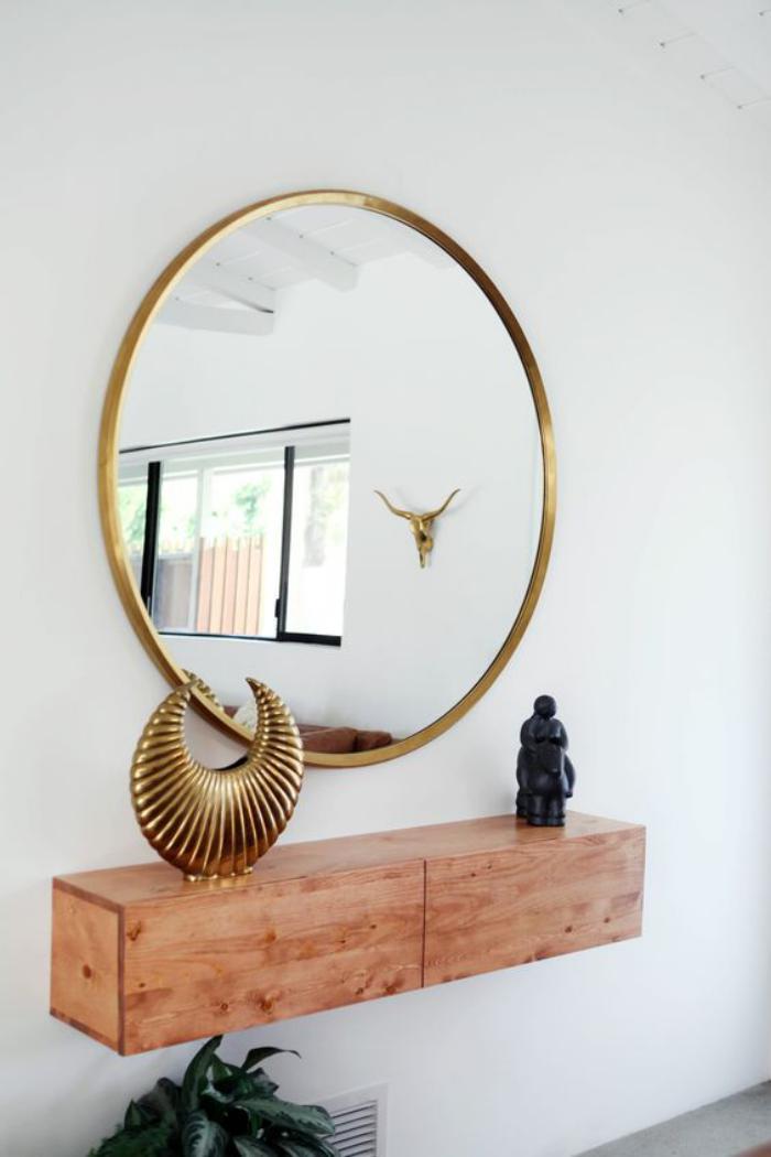 miroir-doré-rond-étagère-en-bois-clair