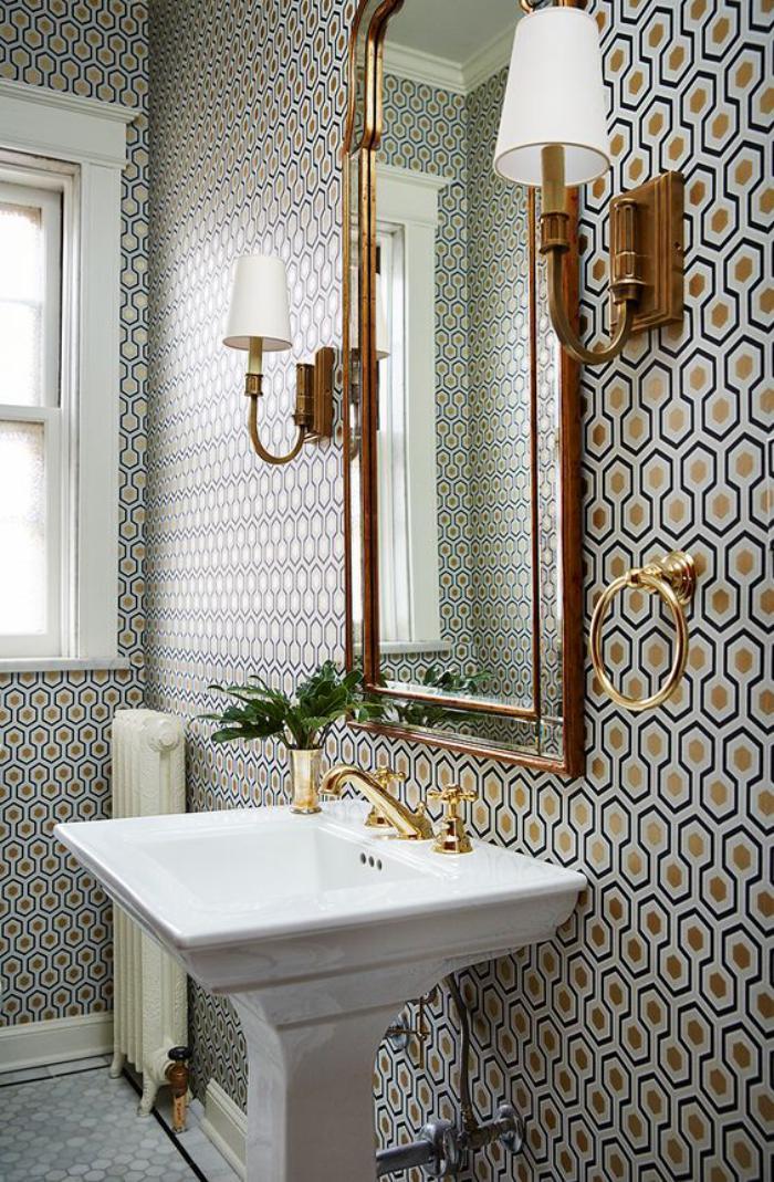 miroir-doré-subtilité-et-charme-dans-la-salle-de-bains