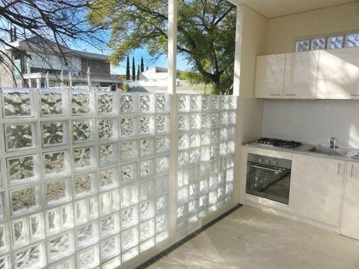 mur-décorative-en-carreau-de-verre-intérieur-qui-transpere-l-exterieur-resized