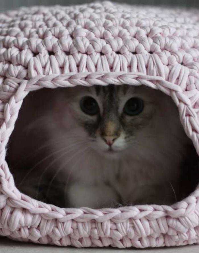 niche-pour-chat-grotte-de-chat-au-tricot-rose