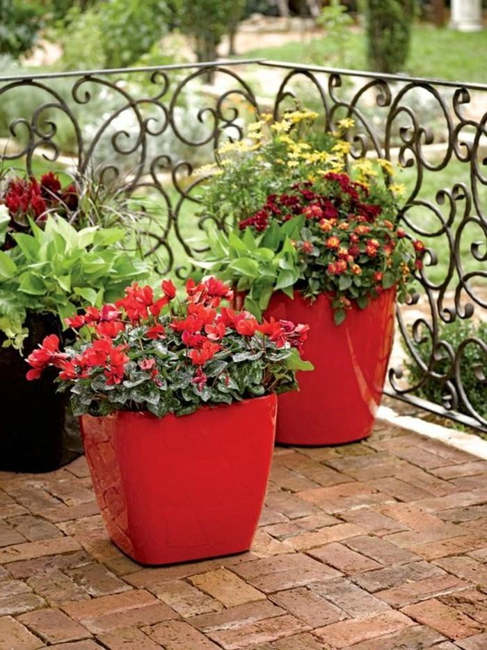 nos-idees-fleurir-son-balcon-amenagement-balcon-pot-rouge-pour-le-balcon-comment-fleurir-son-balcon