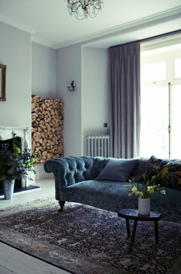 peinture-mur-salon-assortir-les-couleurs-canapé-bleu-foncé-tapis-design-pour-le-salon
