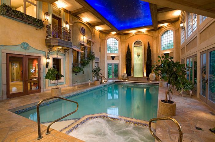 piscine-intérieure-plantes-vertes-et-plafond-original