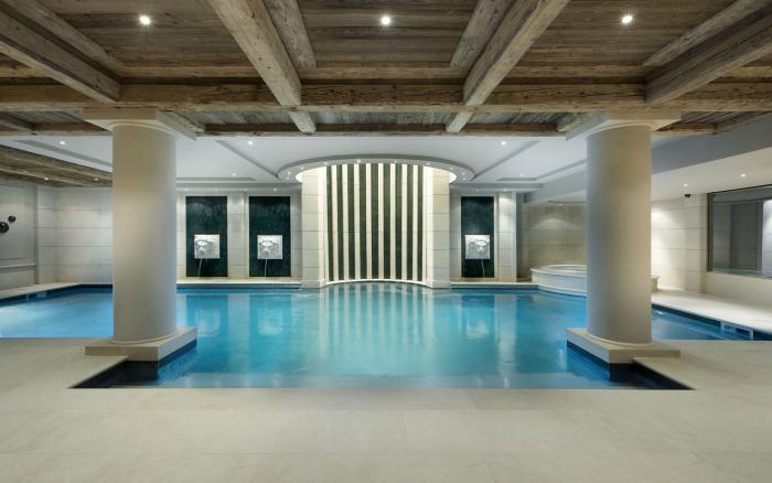 piscine-intérieure-chalet-de-luxe-avec-belle-piscine