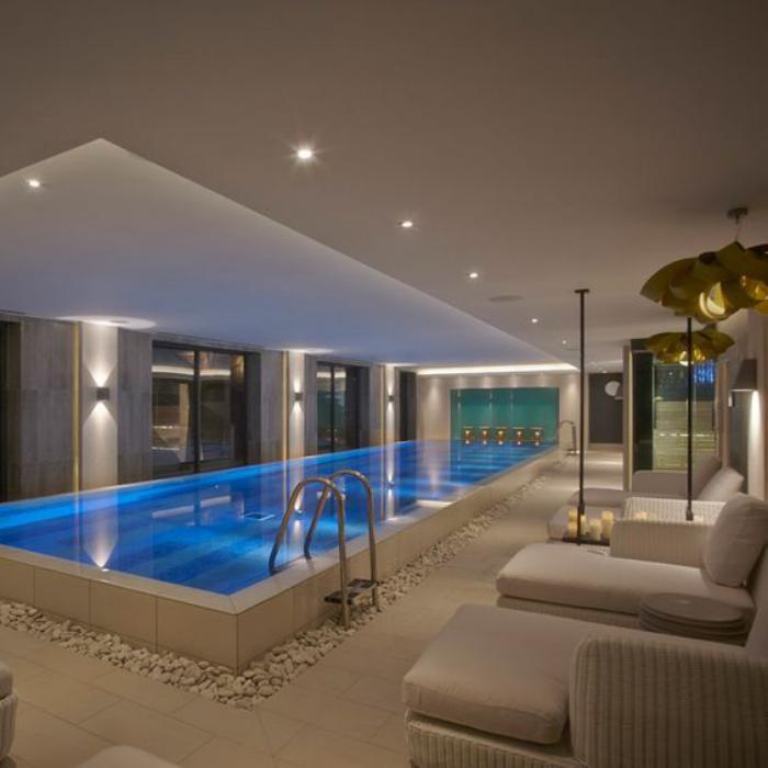 piscine-intérieure-décoration-avec-galets-et-chaises-longues-cosy-en-textile