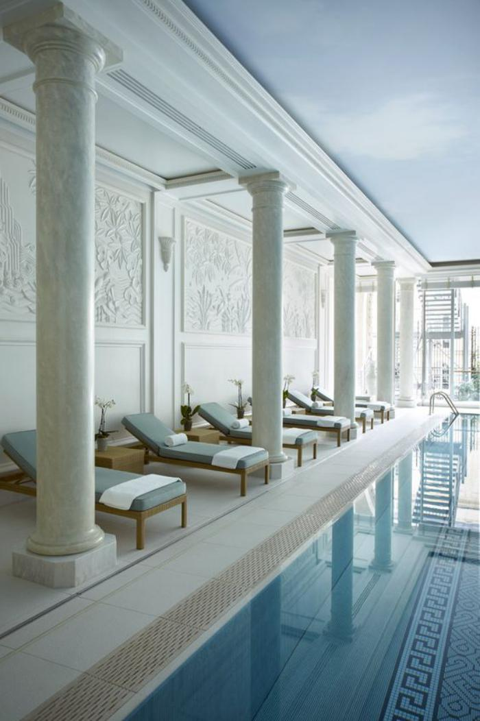 piscine-intérieure-en-blanc-et-sol-mosaique