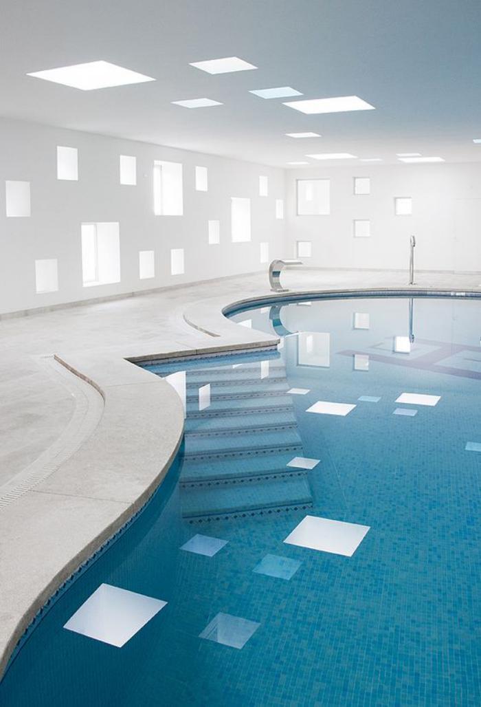 piscine-intérieure-forme-originale-ambiance-blanche