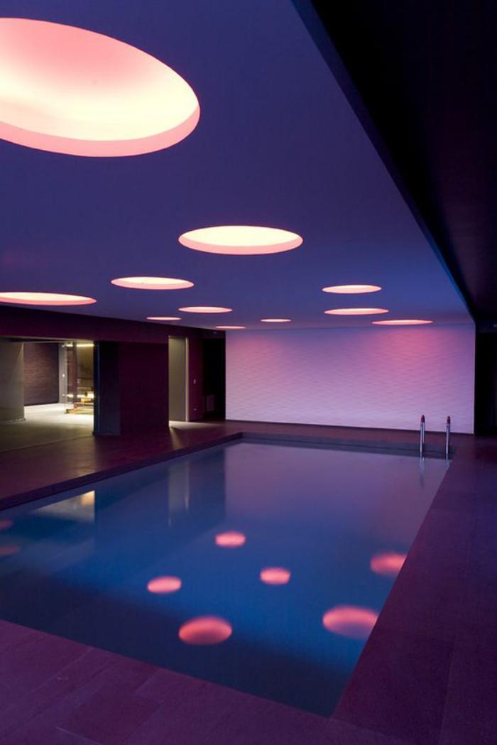 piscine-intérieure-piscine-fantastique-avec-joli-éclairage