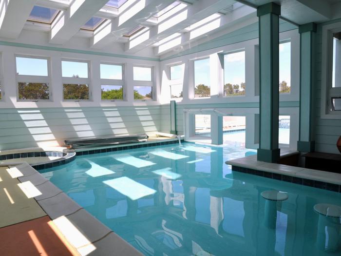 piscine-intérieure-moderne-intérieur-blanc-et-plusieurs-verrières-de-toit
