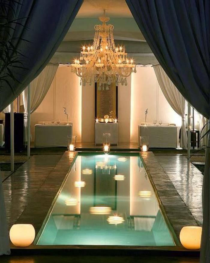 piscine-intérieure-petite-piscine-d'intérieur-plafonnier-magnifique