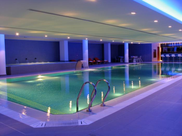 piscine-intérieure-piscine-et-bar-d'intérieur