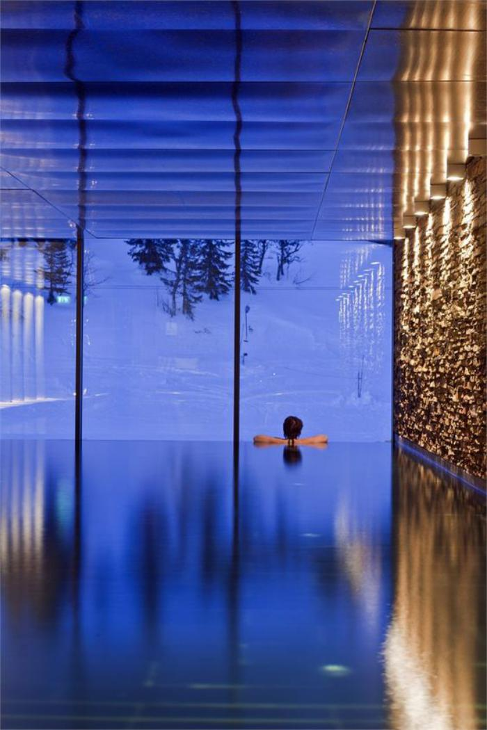 piscine-intérieure-piscine-infinie-grandes-fenêtres