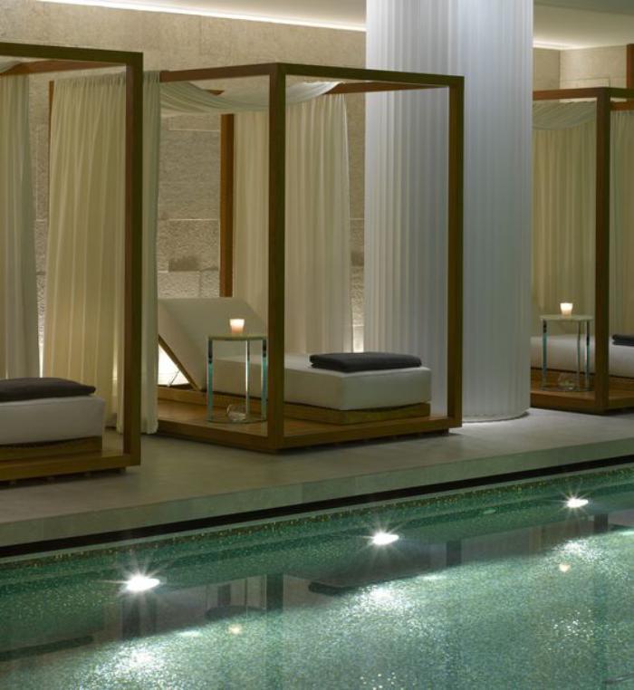 piscine-intérieur-avec-chaises-longues-séparées