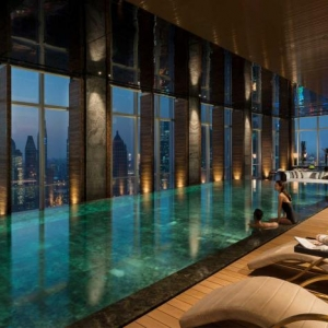 La piscine intérieure - un luxe, un rêve, une installation de sport