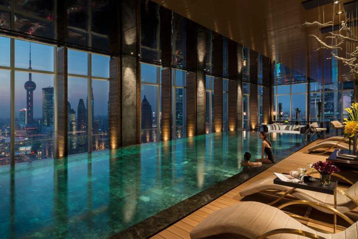 piscine-intérieure-piscine-spectaculaire-intérieure-avec-vue-impressionnante
