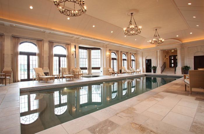 piscine-intérieure-rectangulaire-et-éclairage-traditionnel