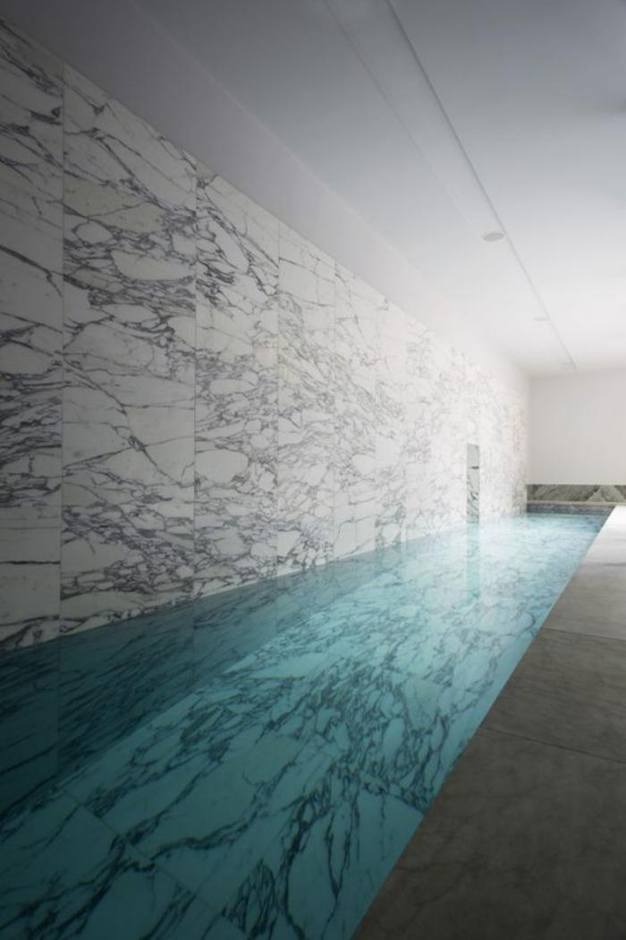 piscine-intérieure-une-piscine-longue-rectangulaire