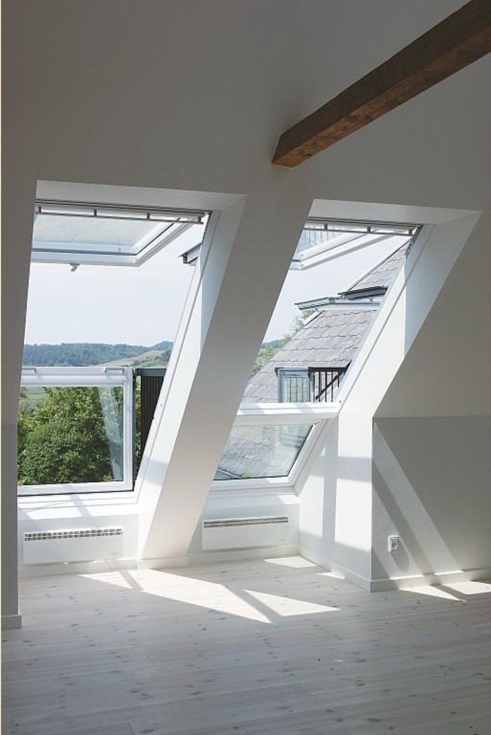 plafond-sous-pente-avec-fenêtre-de-toit-velux-parquet-clair