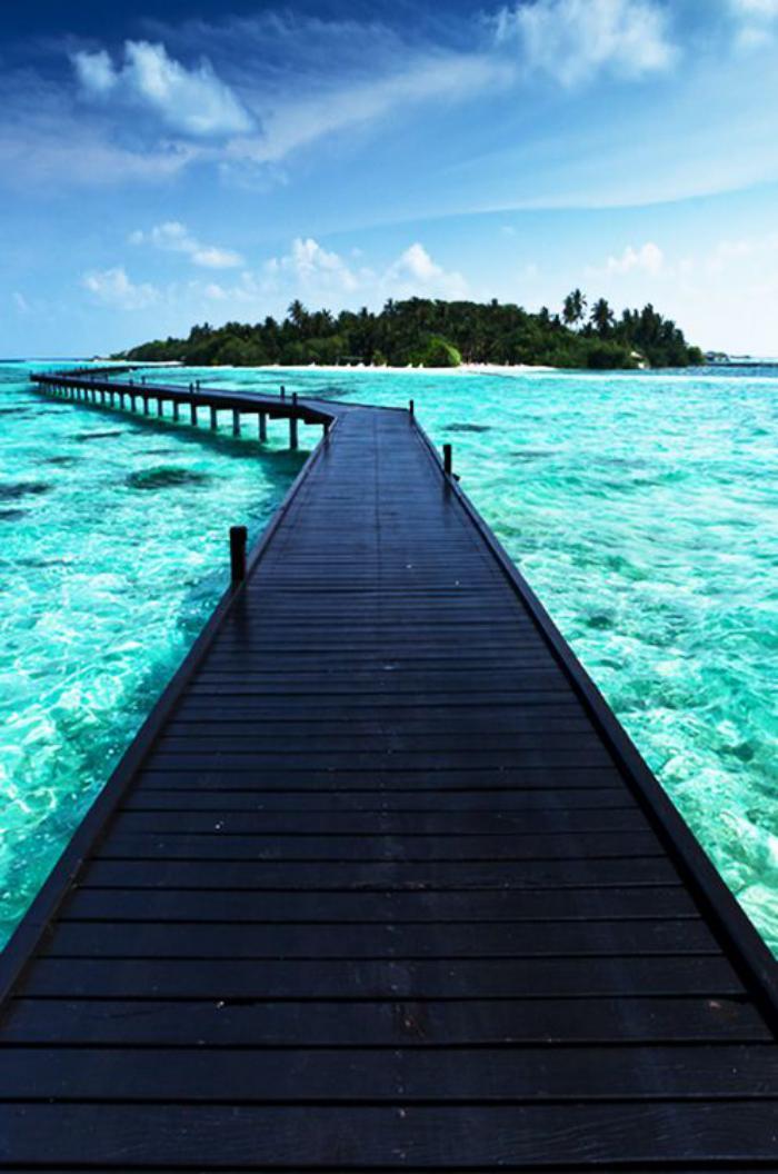 polynésie-française-voyage-chemin-flottant-qui-mène-à-une-île