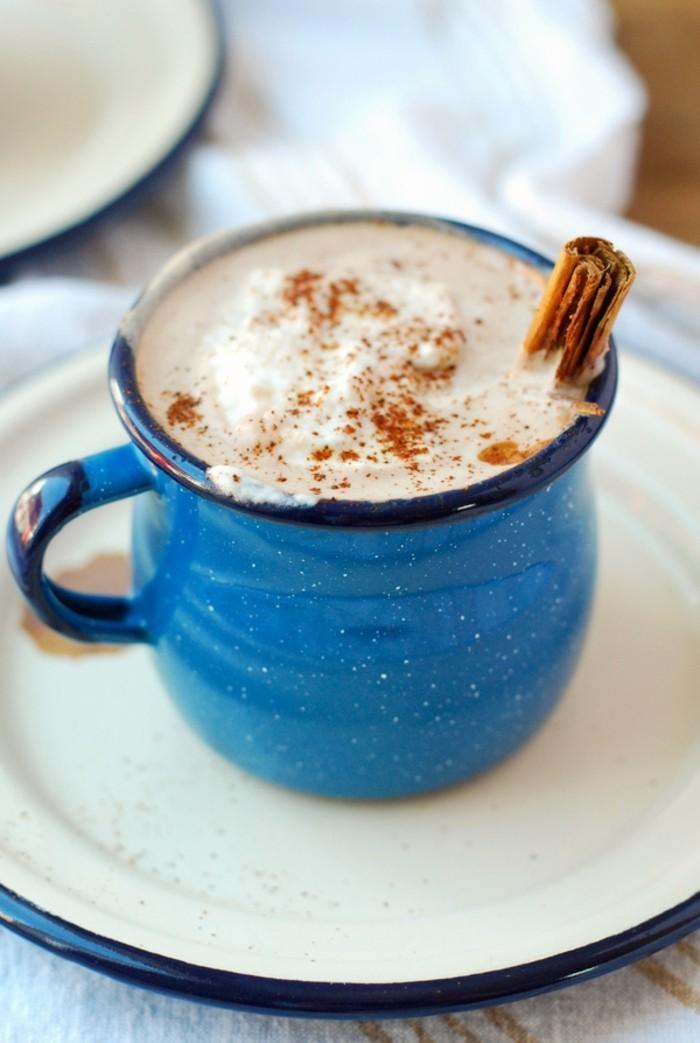 recette-chocolat-chaud-maison-chocolat-au-lait-maison-bleu-mug