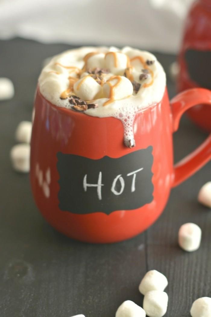 recette-chocolat-viennois-chocolat-chaud-rouge-tasse-avec-ardoise