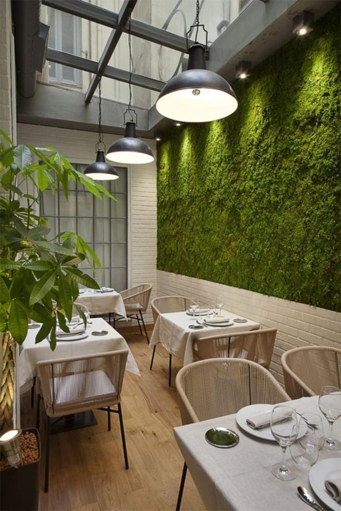 restaurant-avec-plafond-en-verre-murs-vegetals-joli-interieur-de-restaurant-meubles