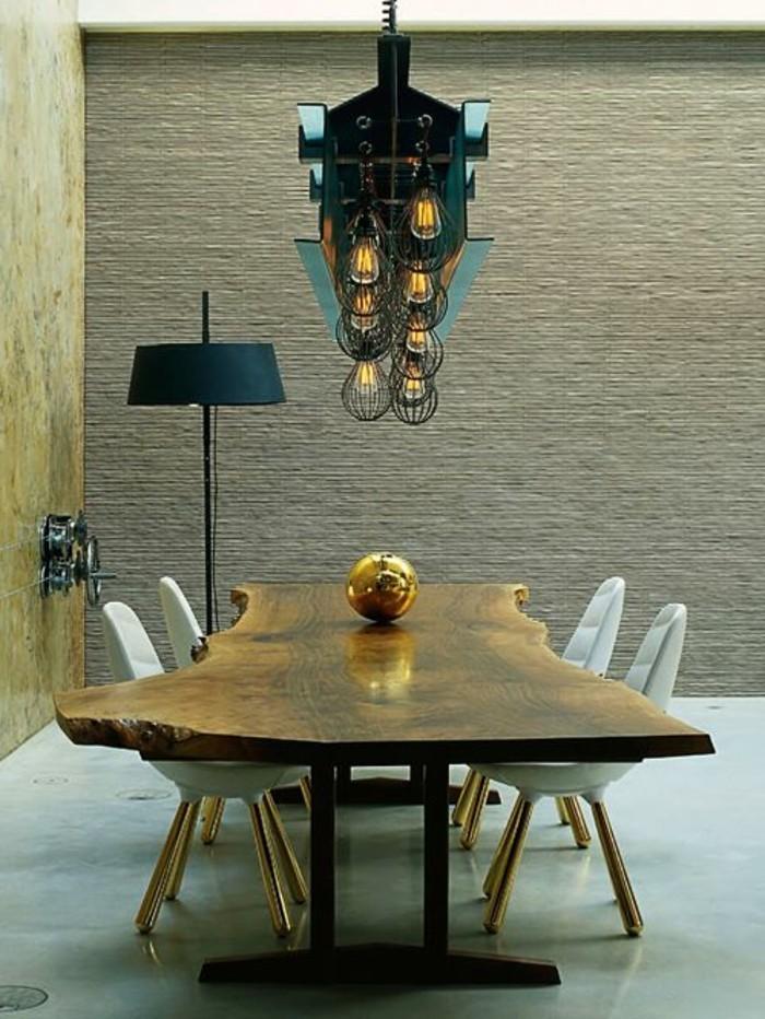 salle-à-manger-design-avec-table-à-manger-design-en-bois-clair-et-chaises-de-table-blanches