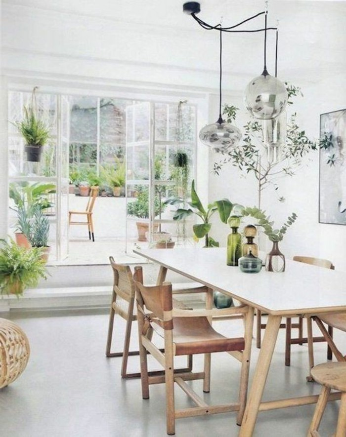 salle-à-manger-design-avec-table-à-manger-design-en-bois-clair-et-fleurs-sur-la-table