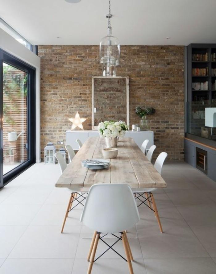 salle-à-manger-murs-de-briques-rouges-table-de-salle-à-manger-design-en-bois-chaises-blanches