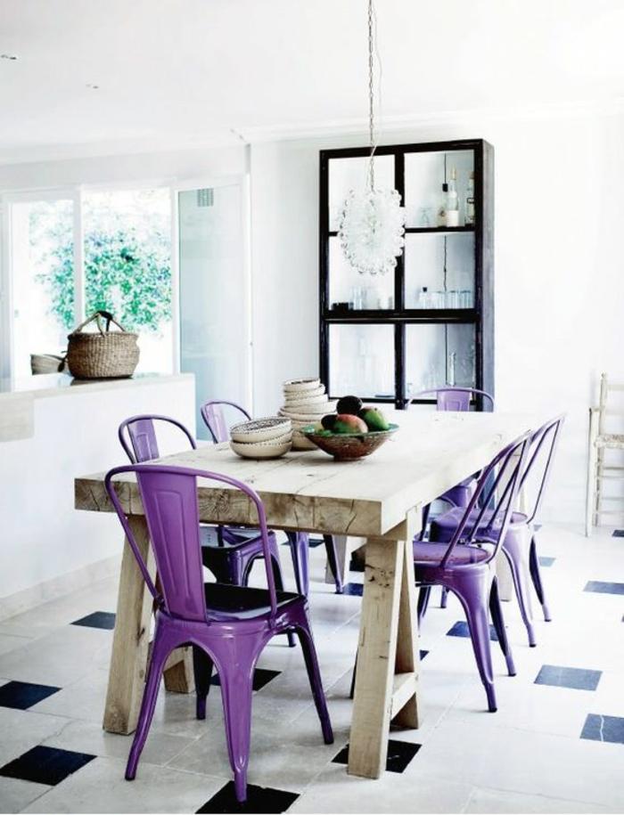 salle-a-manger-chaises-en-fer-comment-associer-prune-couleur-table-en-bois-table-a-manger-grande