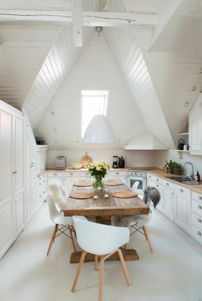 salle-a-manger-et-cuisine-à-la-fois-ensemble-table-design-en-bois-clair-chaises-plastiques