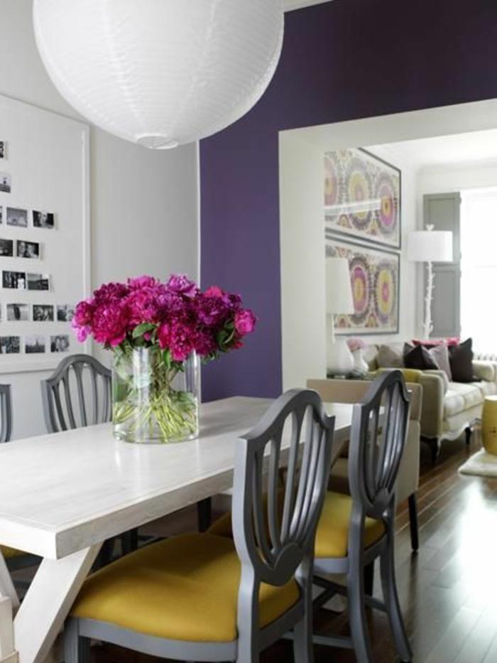 salle-a-manger-murs-nuancier-violet-fleurs-sur-la-table-a-manger-en-bois