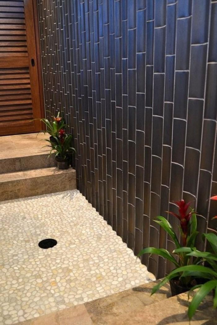 salle-de-bain-carreaux-mosaique-mosaique-salle-de-bain-de-couleur-beige-carreaux-noirs