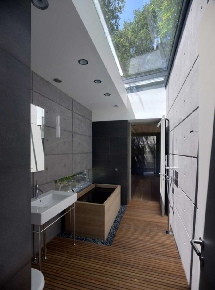 salle-de-bain-chic-sol-en-bois-plafond-avec-fenêtre-de-toit-velux-comment-choisir-les-verrieres-de-toit