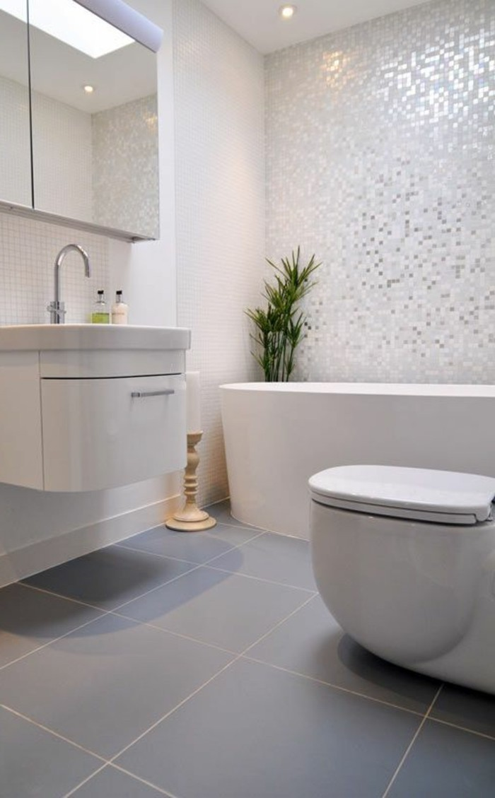 salle-de-bain-en-mosaique-armoire-de-toilette-ikea-sol-en-carrelage-gris-baignoire-blanche