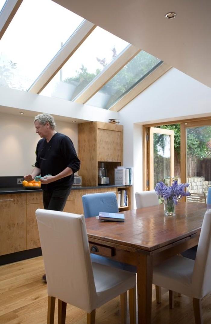 salle-de-séjour-avec-cuisine-grande-table-en-bois-verrier-toit-fenêtre-de-toit-velux
