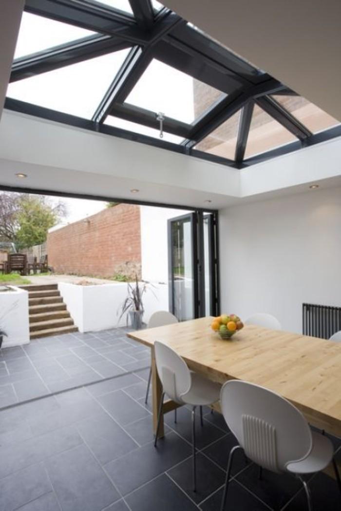 salle-de-séjour-avec-fenêtres-de-toit-velux-verrier-de-toit-table-en-bois-clair-chaise-blanche