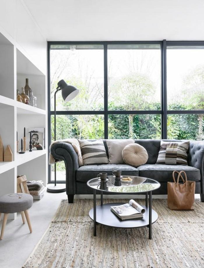 salon-avec-fenêtres-grandes-canapé-gris-dans-le-salon-tapis-beige-table-ronde
