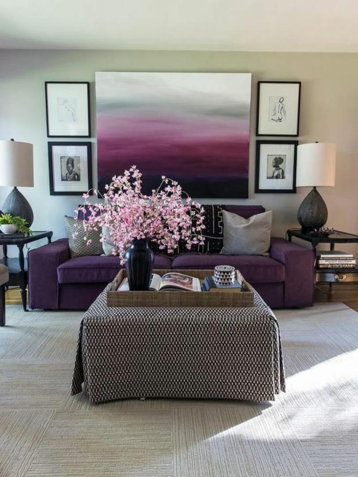 salon-avec-meubles-de-couleur-violet-foncé-tapis-beige-table-carree-murs-beiges