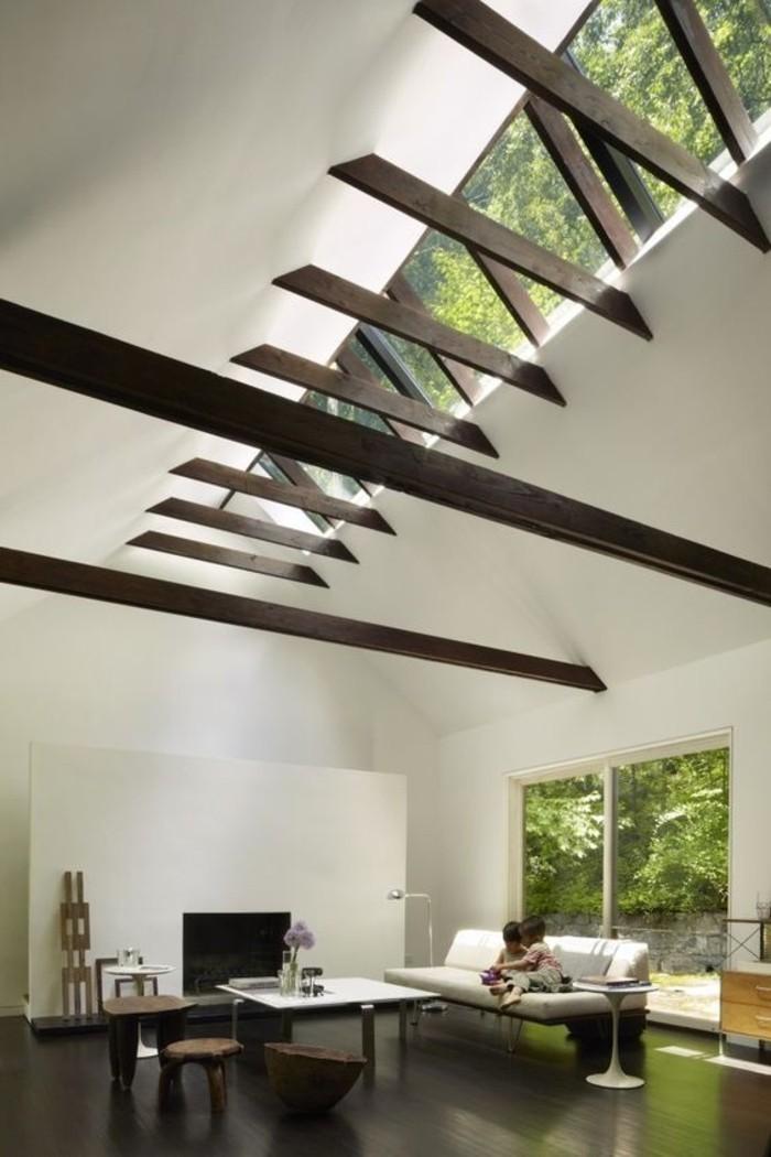 salon-avec-plafond-haut-et-fenetres-de-plafond-en-verre-salon-chic-murs-blancs