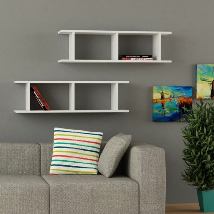 salon-canapé-gris-mur-gris-étagère-murale-blanc-en-bois-clair-mur-gris-canape-gris