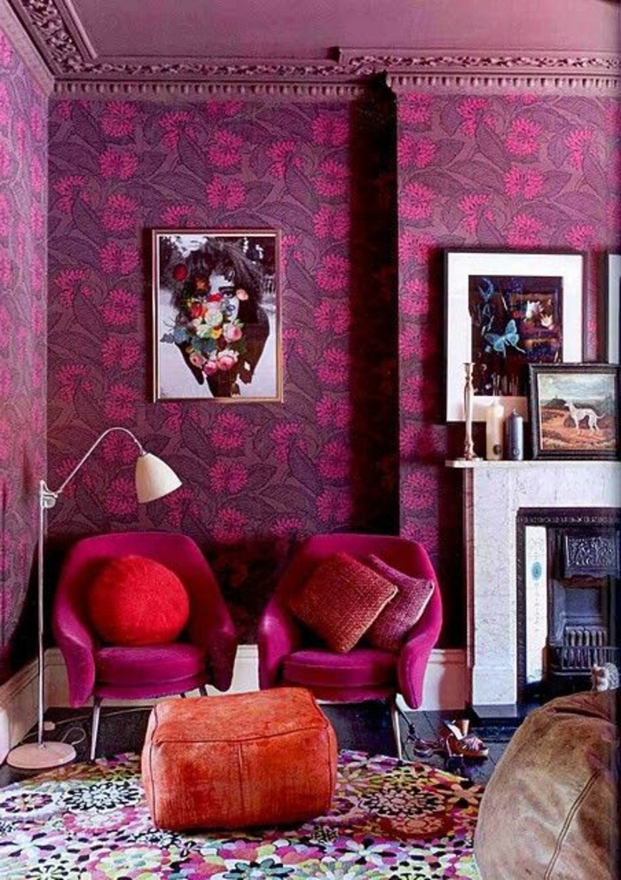 salon-colore-nuancier-violet-tapis-colore-murs-violets-cheminee-de-salon