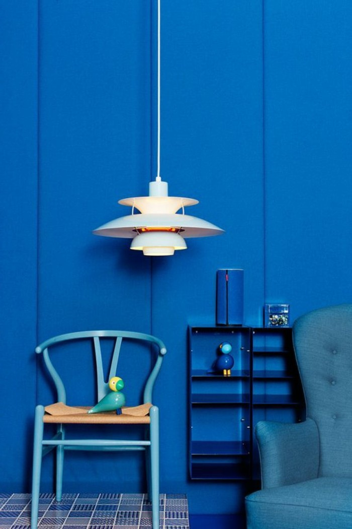 salon-de-couleur-bleu-foncé-meubles-de-salon-chic-comment-associer-les-couleurs-dans-le-salon-bleu