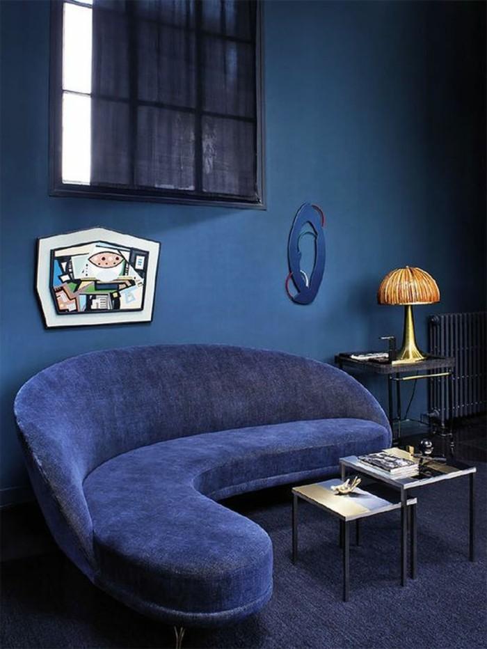 salon-de-couleur-bleu-foncé-murs-bleus-salon-bleu-canape-angle-convertible-bleu-foncé