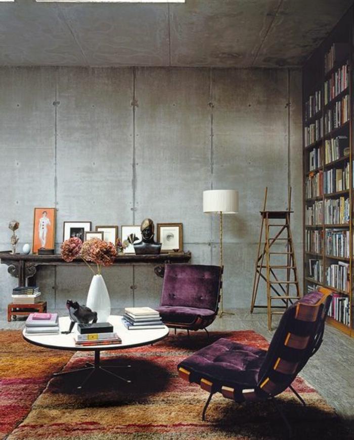 salon-industriel-chaises-violettes-comment-associer-prune-couleur-idee-couleur-salon
