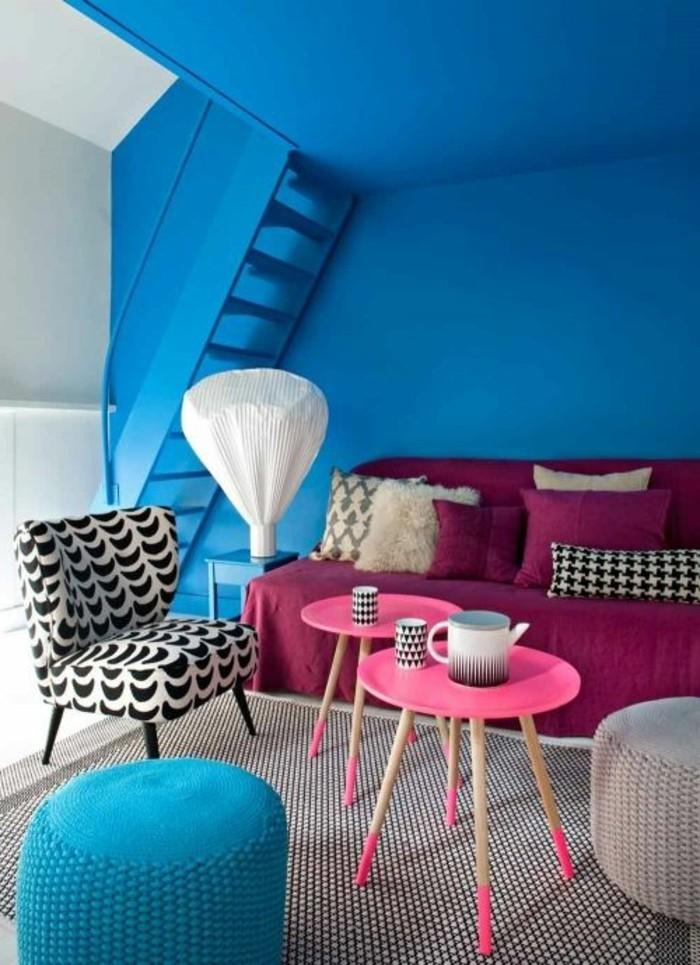 salon-murs-bleus-foncés-table-de-salon-en-bois-canpé-rose-foncé-table-en-bois