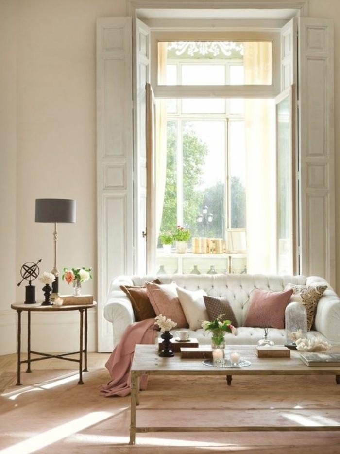 salon-plafond-haut-meubles-de-salon-beiges-coussins-decoratifs-canape-cuir-blanc-couleur-complémentaire-du-beige-couleur-peinture-salon